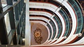 Atrio nell'ingresso dell'hotel che passa attraverso molti pavimenti immagini stock