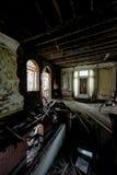 Atrio, pavimento crollato & piscina del seminterrato - palazzo abbandonato Fotografie Stock Libere da Diritti