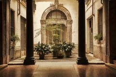 Atrio in vecchia costruzione a Verona, Italia immagini stock