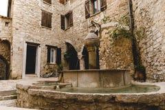 atrium antyczni budynki przy starym miasteczkiem z piękną fontanną, Peille, Francja obraz royalty free