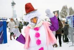 A atriz da rua levanta para fotos por figuras do gelo em Moscou Fotografia de Stock