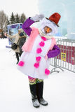 A atriz da rua levanta para fotos por figuras do gelo em Moscou Imagem de Stock