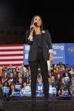 A atriz Eva Longoria fala aos participantes durante uma reunião da campanha de Hillary Clinton em Clark County Government Center  imagem de stock royalty free