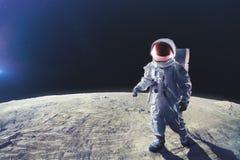 Atronauta che cammina sulla luna Immagini Stock Libere da Diritti