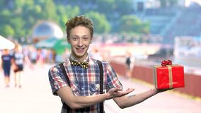 Atrractive青少年的男孩藏品礼物盒 股票视频