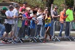 Atsede Baysa rent op de Hartzeerheuvel tijdens de Marathon 18 April, 2016 van Boston in Boston Royalty-vrije Stock Fotografie