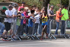 Atsede Baysa springer upp hjärtesorgkullen under den Boston maraton April 18, 2016 i Boston Royaltyfri Fotografi