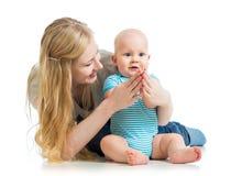 Att älska fostrar att leka med behandla som ett barn pojken Royaltyfria Bilder