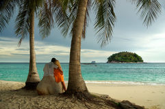 Att älska kopplar ihop att se till ön i havet Arkivfoton