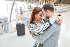 Att älska par omfamnar sig lyckligt, när de möter igen royaltyfri fotografi