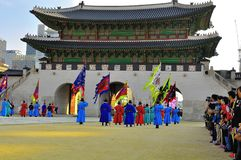 Att ändra för den Gyeongbokgung slotten av vakter visar på den imperialistiska slotten av Sydkorea royaltyfri foto