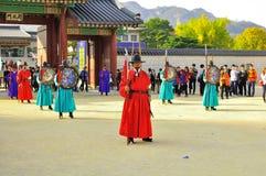 Att ändra för den Gyeongbokgung slotten av vakter visar på den imperialistiska slotten av Sydkorea fotografering för bildbyråer