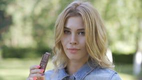 att äta för choklad mjölkar kvinnabarn stock video