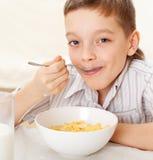 att äta för sädesslagbarn mjölkar royaltyfri fotografi