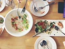 att äta tycker om Den bästa sikten av vänner, familjen, grupp människor har att äta sund mat tillsammans efter vegetarisk whil fö Arkivbild