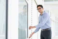 Att öppna för företagsägare som är hans, shoppar Arkivfoton