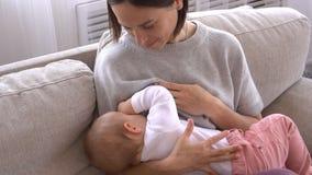 Att amma för moder behandla som ett barn flickan stock video
