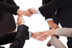 Att anknyta för Businesspeople räcker - teamwork Arkivbild