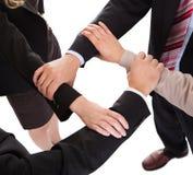 Att anknyta för Businesspeople räcker - teamwork Arkivfoto