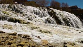 Att appl?dera vitt vatten p? vaggar Vattenfall lager videofilmer