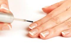 att applicera se manicuristen spikar naturligt polermedel royaltyfri foto