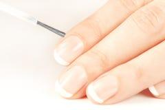 att applicera se manicuristen spikar naturligt polermedel royaltyfri fotografi