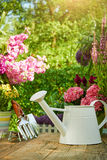 Att arbeta i trädgården bearbetar i trädgården Royaltyfri Bild