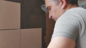 Att arbeta sätter tegelplattorna lager videofilmer
