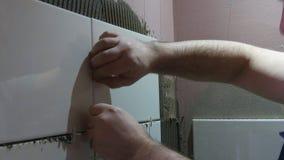 Att arbeta sätter tegelplattorna arkivfilmer