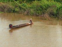 Att att använda ett litet fartyg för att fånga fisken i floden Arkivfoton