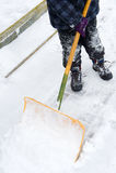 Att att skyffla snö Arkivbild