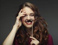 Att bära för flicka fejkar mustascher klar deltagare arkivbilder