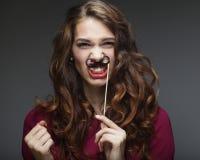 Att bära för flicka fejkar mustascher klar deltagare royaltyfri bild