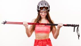 Att bära för kvinna skidar hållande poler för dräkten och för hjälmen Royaltyfria Bilder