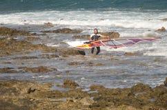 Att bära för surfare som är hans, vindsurfar brädet Royaltyfria Bilder