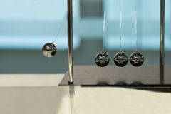 Att balansera klumpa ihop sig vaggan för Newton ` s på suddiga bakgrunder Royaltyfria Bilder
