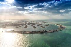 Att bedöva flyg- sikt av Palm Jumeirah på solnedgången med solen rays på royaltyfria foton
