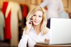 Att bekläda shoppar ägarekvinnan Arkivfoto