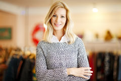 Att bekläda shoppar ägarekvinnan Arkivfoton