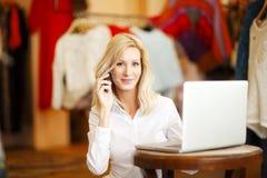 Att bekläda shoppar ägarekvinnan Fotografering för Bildbyråer