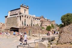 Att besöka för turister fördärvar av den forntida Roman Forum Royaltyfri Fotografi