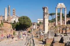 Att besöka för turister fördärvar av den forntida Roman Forum Royaltyfri Bild