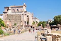 Att besöka för turister fördärvar av den forntida Roman Forum Royaltyfria Foton