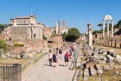 Att besöka för turister fördärvar av den forntida Roman Forum Arkivfoto