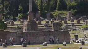 Att beskåda för folk fördärvar av stenbyggnader på den forntida Roman Forum plazaen, långsam-mo lager videofilmer