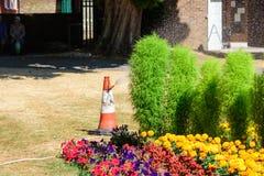 Att bevattna för rådpersonal parkerar blomsterrabatter arkivbilder