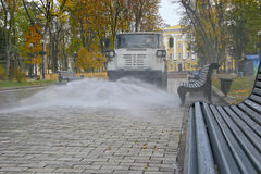 Att bevattna i nedgångbilen rider i parkera och vattenwashesna Arkivfoton