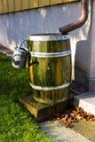 Att bevattna kan på trumma Arkivbild
