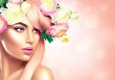 Att blomma blommar kransen på huvudet för kvinna` s Arkivfoton