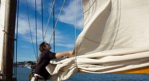 Att blomma seglar på yachten i statliga Maine Arkivbilder